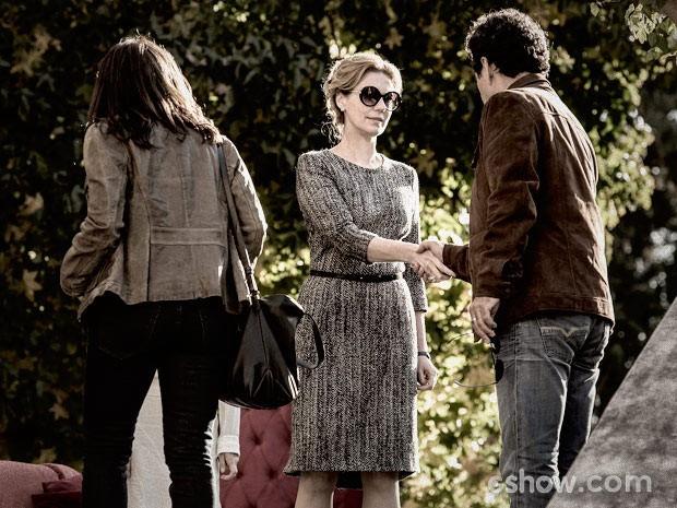 Pedroso se apresenta a Angela (Foto: Fábio Rocha / TV Globo)