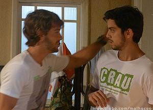 Olha lá o Ricardão mandando a real e tentando dar um beijinho no moreno! kkkkkkk (Foto: Malhação / Tv Globo)