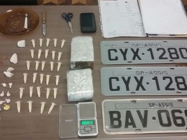 Polícia recebeu informação de que jovem vendia droga na porta de casa (Foto: Polícia Militar)