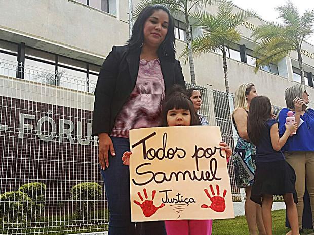 Manifestantes em frente ao Fórum do Riacho Fundo em ato em que pedem revisão de decisão judicial (Foto: Raquel Morais/G1)