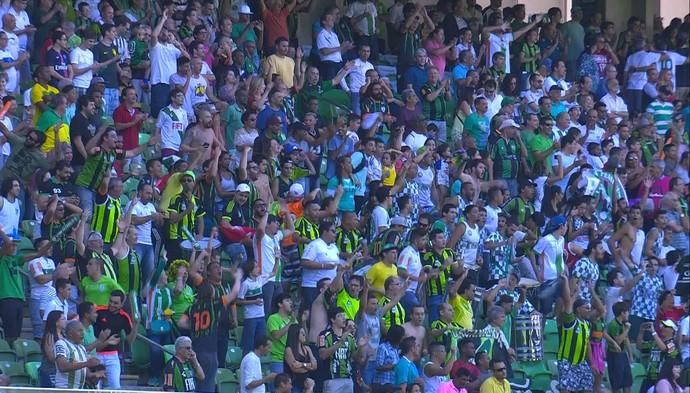 Torcida do América-MG faz festa após vitória sobre o Santos (Foto: Reprodução / Premiere)