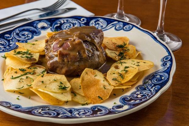 Filé mignon à portuguesa: receita leva presunto ibérico e batatas