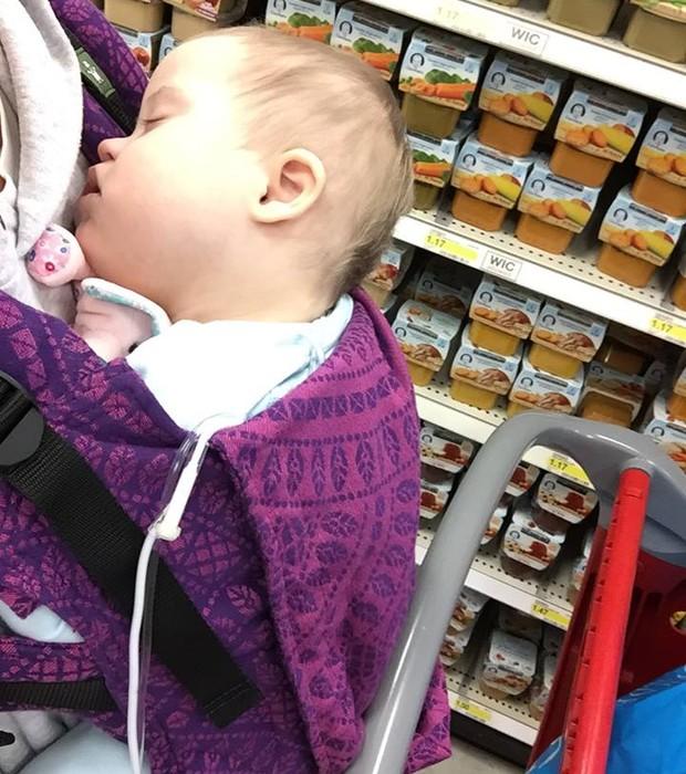 Kelly com seu bebê no colo (Foto: Reprodução - Facebook)