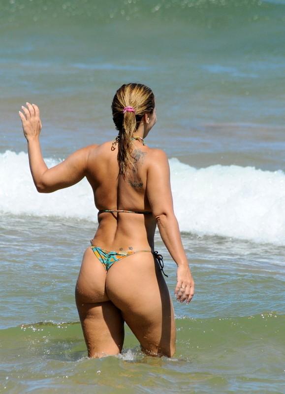 Viviane Araújo em praia em Búzios, RJ (Foto: Marcelo Dutra / FotoRioNews)