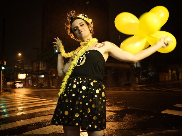 César Augusto, designer gráfico, músico e musa punk do Bloco 77 - Os Originais do Punk. Cordão circula pelas ruas de Pinheiros transformando repertório punk rock em marchinha de carnaval (Foto: Caio Kenji/G1)