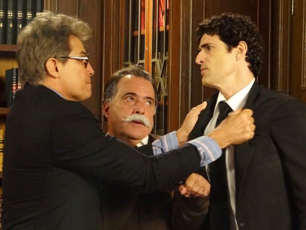 Otávio tenta evitar que Felipe e Nando saiam no tapa de novo (Foto: Guerra dos Sexos/TV Globo)
