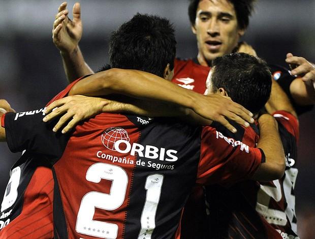 Sococco comemora gol do Newell's Old Boys contra o Deportiva (Foto: EFE)