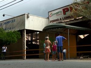 Moradores observam estragos causados por incêndio em Cosmópolis (Foto: Reprodução/EPTV)
