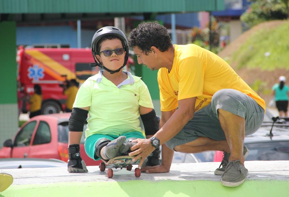 Professor Ney Metal, responsável pela categoria Skate Terapia, dando orientações a Leonardo (Foto: Anderson Silva/Sejel)