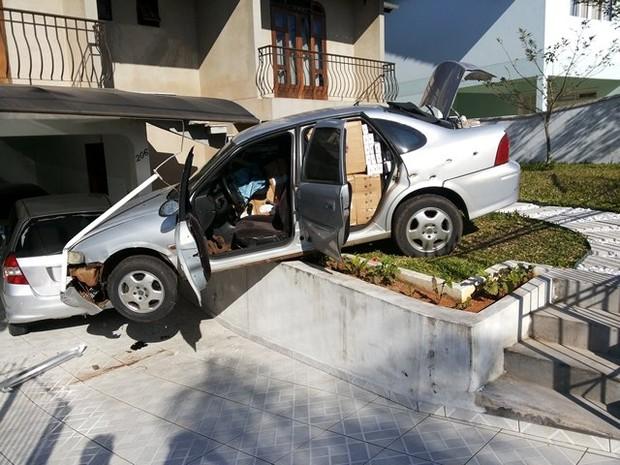 Carro ficou pendurado no quintal de casa (Foto: PRF/Divulgação)