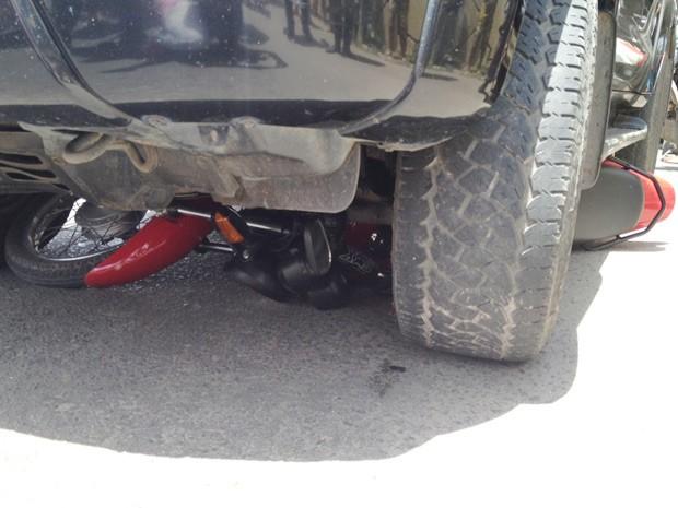 Um acidente envolvendo uma SUV e uma motocicleta por volta das 11h desta segunda-feira (31) deixou o trânsito lento no viaduto que liga a BR-101 a Rua Marechal Rondon, que dá acesso ao Aeroporto Castro Pinto, em Bayeux, na Grande João Pessoa. De acordo com relatos de testemunhas os dois veículos estavam parados no semáforo quando a SUV avançou sobre a moto. O motociclista percebeu a movimentação do caminhonete e pulou da moto, que foi arrastada (Foto: Walter Paparazzo/G1)