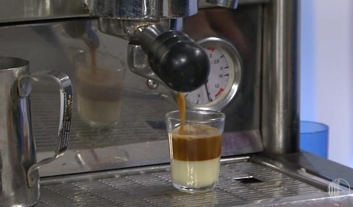 Ele ensinou o preparo do café bombom  (Foto: Reprodução / TV Diário )