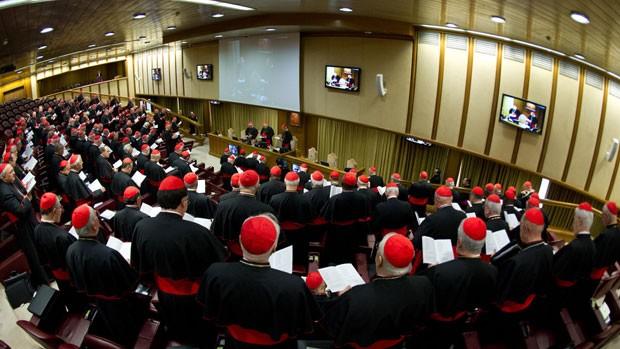 Cardeais participam da primeira reunião antecedendo o conclave que decidirá o sucessor de Bento XVI como Papa, no Vaticano (Foto: AP/Osservatore Romano)