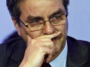 Brasileiro Roberto Azevedo, diretor-geral da OMC, se emociona após lonas noites de negociações. (Foto: Edgar Su / Reuters)