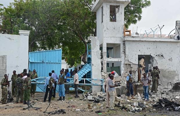 Soldados e policiais nesta quinta-feira (19) no local do ataque à ONU em Mogadíscio, capital da Somália (Foto: AFP)