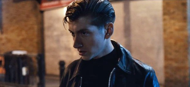 Alex Turner no clipe de 'Why'd you only call me when you're high?' (Foto: Divulgação)
