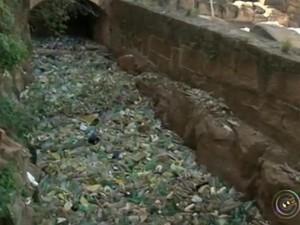 Quase três toneladas de lixo foram retiradas por funcionários de rapel (Foto: Reprodução/TV TEM)