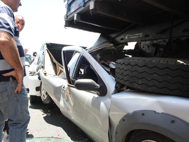 Carro que entrou embaixo de caminhão ficou completamente destruído em São Carlos (Foto: Maurício Duch/Arquivo Pessoal)