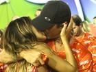 Juliana Paes e o marido dão beijão e tiram foto em camarote na Sapucaí