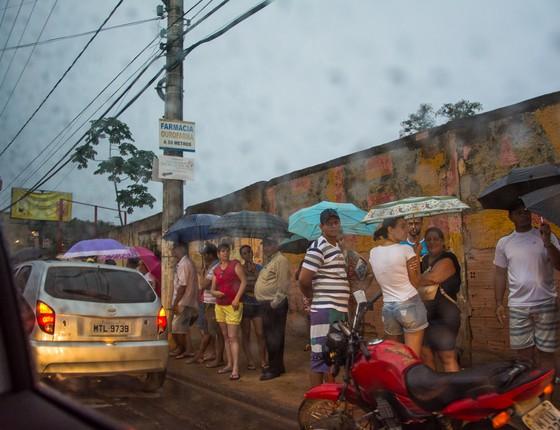 Cidadãos de Colatina, Espírito Santo, fazem fila para conseguir água (Foto: Camila Pastorelli)