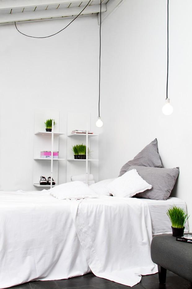 SUÍTE | Prateleiras Tric Trac, da Acierno. Roupa de cama e almofadas, à venda na Corttex. Luminárias, da Lustres Iriê (Foto: Léo Fagherazzi/Divulgação )