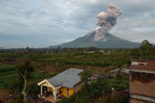Vulcão expeliu lava e as cinzas chegaram a 7.000 metros (Foto: Sutana Aditya/AFP)