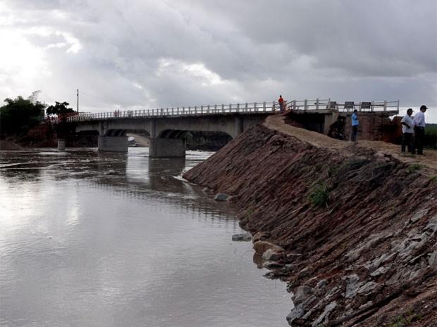 Ponte da Batalha, que liga Santa Rita a Cruz do Espírito Santo, teve seu desvio danificado com as chuvas (Foto: Divulgação/SecomPB)