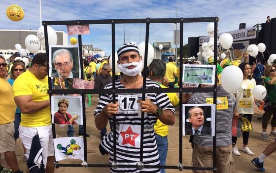 Manifestação do dia 13 de março em Brasília. Manifestante vestido de Lula (Foto: ÉPOCA)