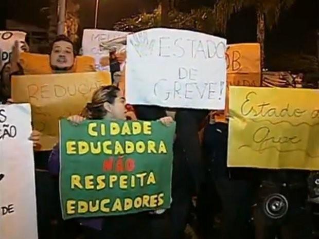 Auxiliares protestaram com cartazes e nariz de palhaço (Foto: Reprodução / TV Tem)