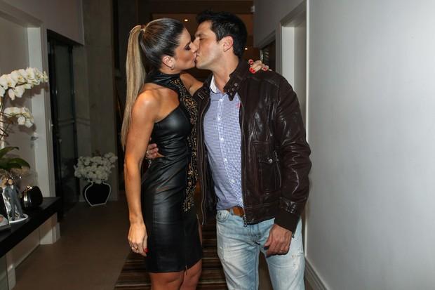 Mirella Santos ganha beijo de Ceará (Foto: Manuela Scarpa/Foto Rio News)