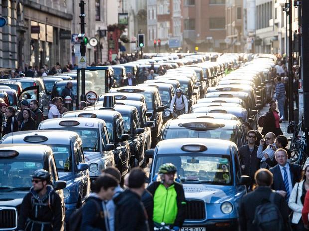Taxistas bloqueiam a Fleet Street, em Londres, na Inglaterra, durante protesto contra o aplicativo de caronas Uber (Foto: Wenn/Frame/Estadão Conteúdo)