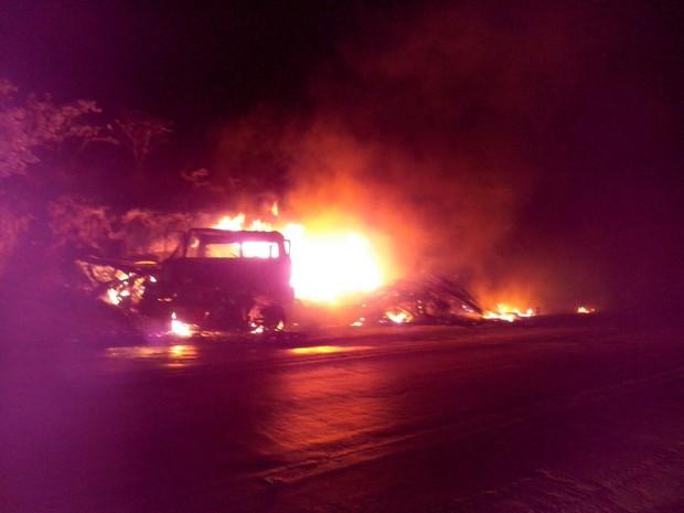 Caminhões pegaram fogo após acidente (Foto: Divulgação / Polícia Rodoviária Federal)