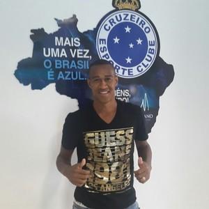 Lateral Fabrício está na Toca da Raposa para iniciar os exames médicos no novo clube (Foto: Divulgação/Cruzeiro)