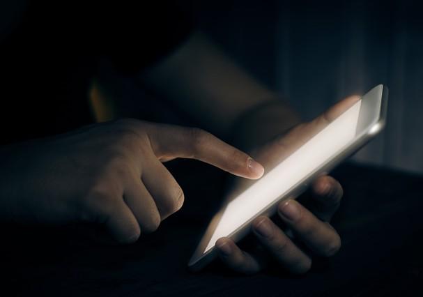 Celular no escuro pode causar cegueira temporária (Foto: Thinkstock Photos)
