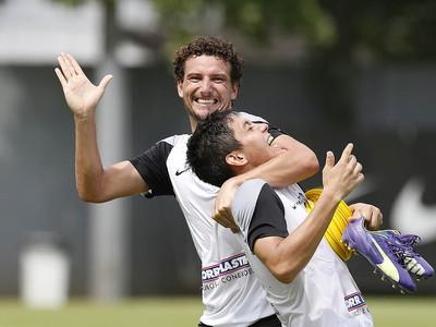 Elano e Lucas Otávio (Foto: Ricardo Saibun / Santos FC)