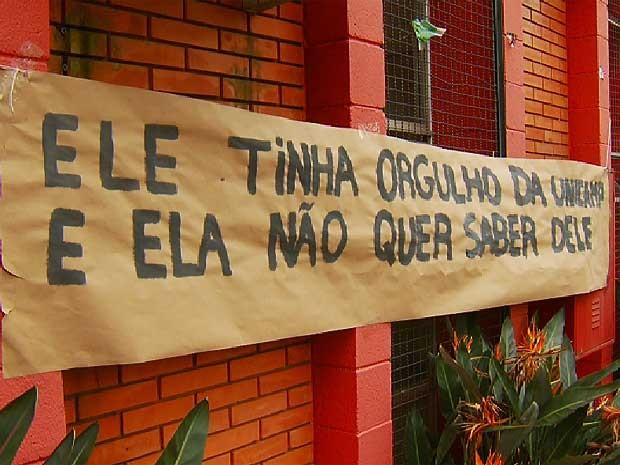 Familiares e amigos de universitário morto em festa na Unicamp, em Campinas (SP), fazem protesto em frente ao prédio da reitoria (Foto: José Ferreira/EPTV)