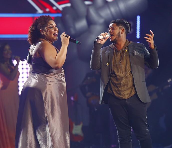 Afonso Cappelo e Cinthia Ribeiro no palco do The Voice Brasil (Foto: Artur Meninea)