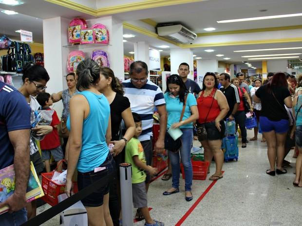 Consumidores enfrentaram filas para comprar material escolar neste sábado (9) (Foto: Indiara Bessa/G1 AM)