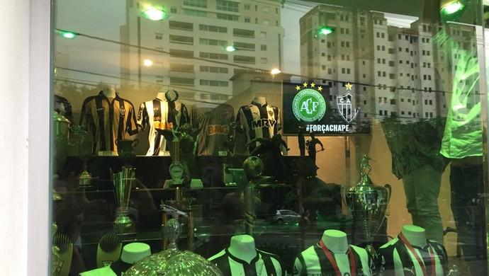 Sede do Atlético-MG homenageia Chapecoense (Foto: Reprodução Internet)