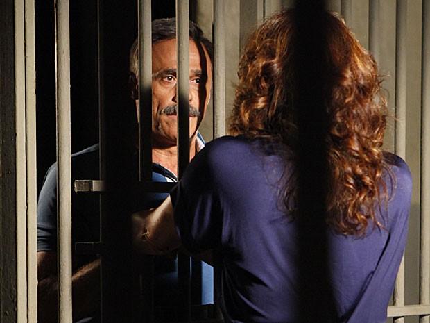 Nunes acredita em tudo que Wanda diz (Foto: Salve Jorge/TV Globo)