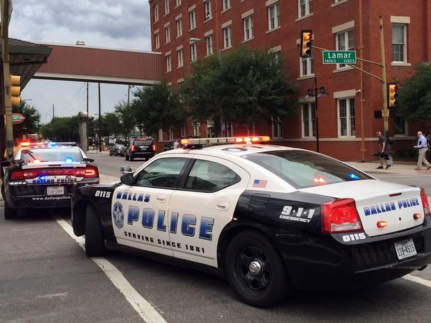 Viaturas bloqueiam acesso a um prédio do Departamento de Polícia de Dallas no sábado (9), após relato de ameaças (Foto: AP Photo/Nomaan Merchant)