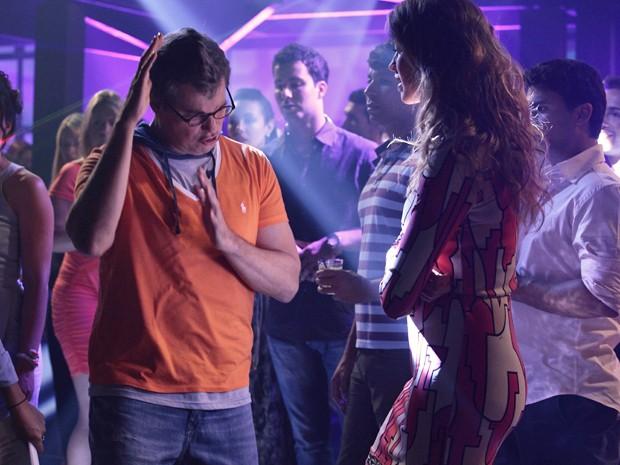 Felipe acha que sabe dançar, mas passa vergonha no meio da pista (Foto: Guerra dos Sexos/TV Globo)
