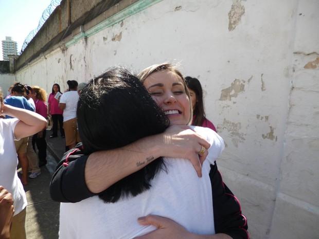Andressa Urach abraça uma presidiária (Foto: Fio condutor/Mídia UNP-SP)