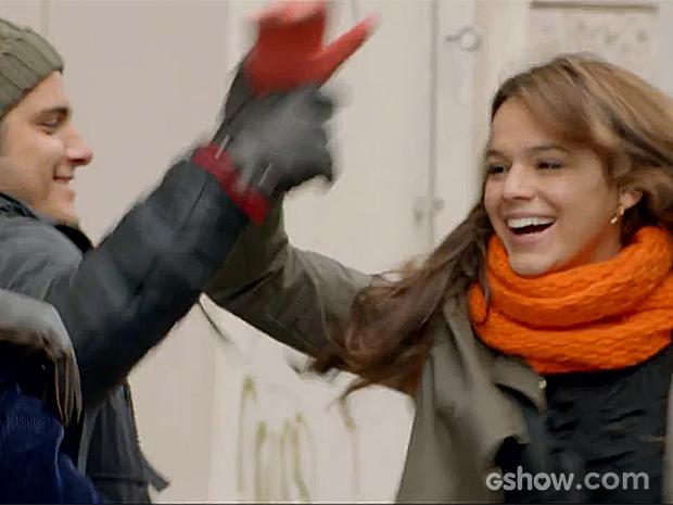 Luiza se diverte pelas ruas de Viena (Foto: Em Família/TV Globo)