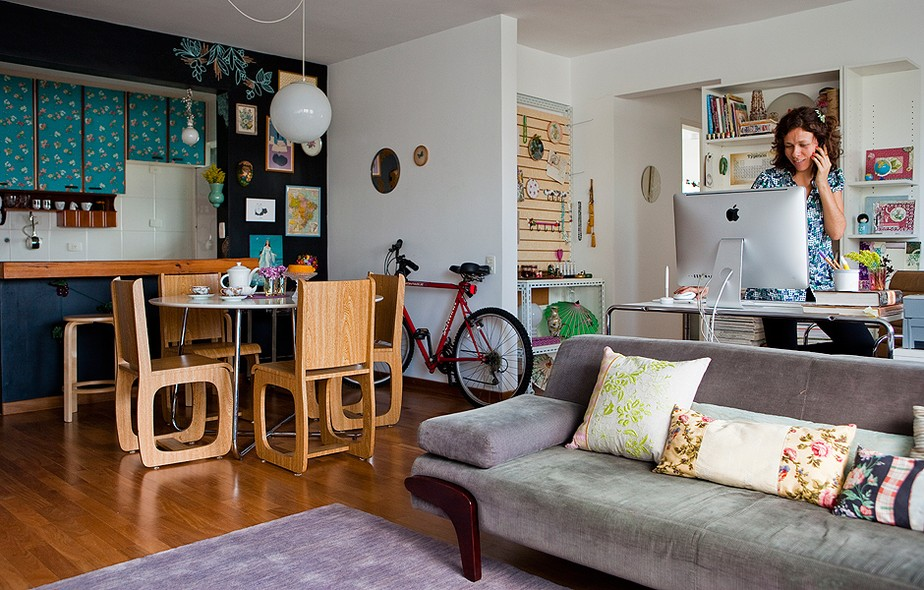 Decidida a mudar seu estilo de vida, a artista plástica Cynthia Gyuru passou a trabalhar em casa, vendeu o carro e comprou uma bicicleta. O veículo fica estacionado dentro do apartamento, ao lado do home office e da sala de jantar