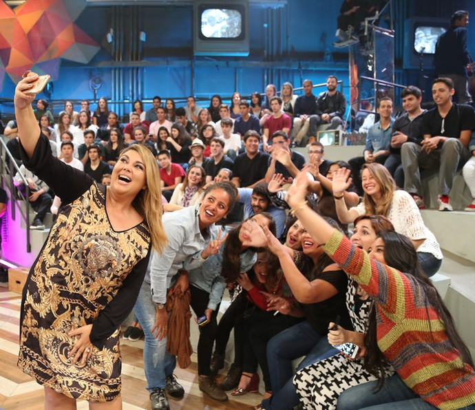 Fabiana Karla tira fotos com os fãs no Altas Horas (Foto: Carol Caminha/Gshow)