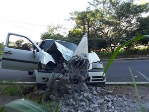 Poste caiu em cima de veículo em São Carlos (Foto: Fábio de Souza/ Arquivo Pessoal)