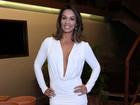Milena Nogueira usa vestido com decote gigante em show do marido