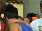 Gusttavo Lima é agarrado por fã antes de apresentação em Salvador