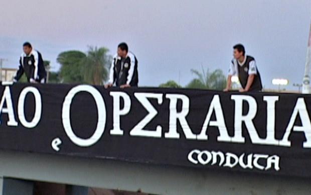 Faixa cobre pontilhão que dá acesso ao estádio Morenão (Foto: Reprodução/TV Morena)